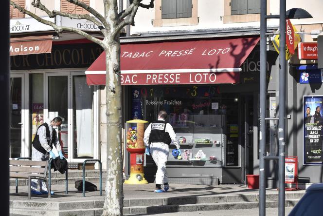 Un officier de police à Romans-sur-Isère, après l'attaque au couteau qui y a fait deux morts, le 4 avril 2020.