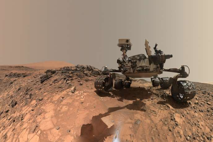 Autoportrait du rover Curiosity sur Mars, en juin 2018. Le rover est pilotéune semaine sur deux depuis le Fimoc (French Instrument Mars Operation Centre), situé au Centre national d'études spatiales, à Toulouse.