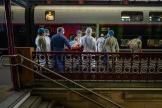 Un malade atteint du Covid-19 est emmené dans un TGV médicalisé pour Bordeaux, le 3 avril à la gare de Strasbourg.