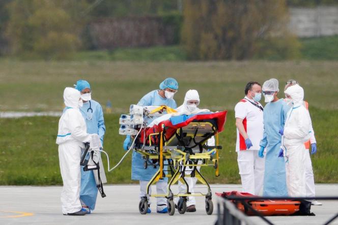 Un patient atteint du Covid-19 est évacué par hélicoptère vers un hôpital hors de la région parisienne, le 3 avril à l'aéroport d'Orly.