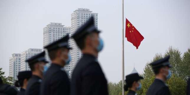 Trois minutes de recueillement: la Chine rend hommage aux victimes du Covid-19