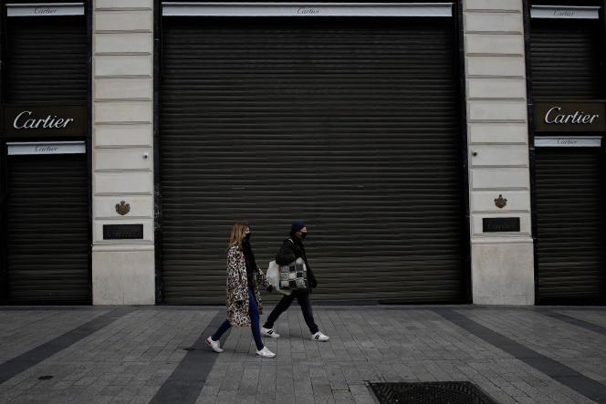 Une boutique fermée dans le cadre des mesures prises pour enrayer l'épidémie de Covid-19, sur les Champs-Elysées à Paris, le 17 mars.