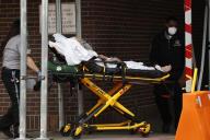 Une équipe médicale conduit un patient aux urgencs du Brooklyn Hospital Center, le5avril, à New York.