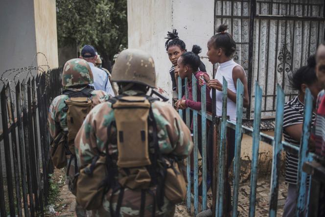 Les Forces de défense d'Afrique du Sud patrouillent pendant le confinement, à Eldorado Park en banlieue de Johannesburg, le 30 mars.