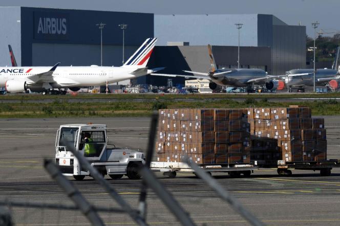 Des masques arrivant de Chine sont déchargés à l'aéroport deToulouse-Blagnac, le 5avril.