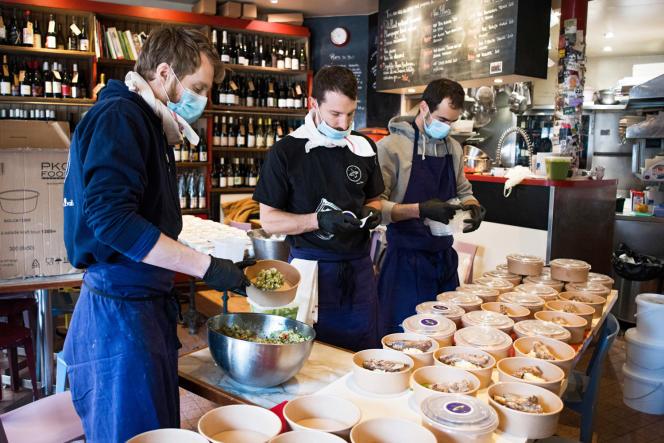 L'équipe du restaurant Le Verre volé, le 30mars, à Paris, en pleine préparation de sa livraison pour l'hôpital Lariboisière.
