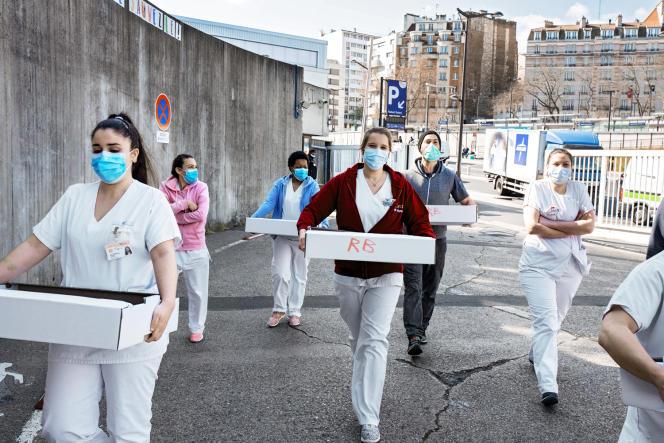 Des restaurants préparent chaque jour des plats destinés aux soignants. Ici Les Bols d'Antoine pour l'hôpital Robert-Debré, le 2avril à Paris.