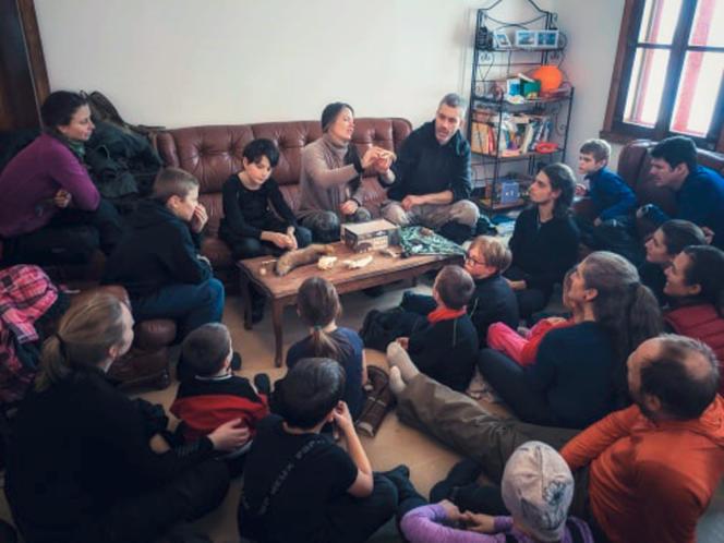Geneviève Lavoie et Mathieu Hébert enseignent des notions de pistage à des familles, en décembre 2019, au Québec.