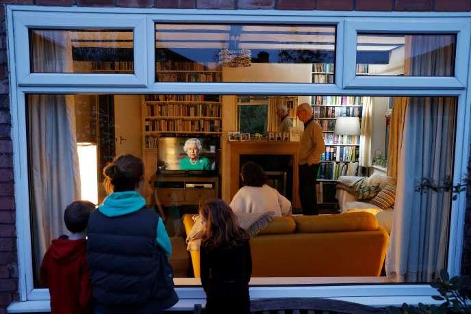 Une famille rassemblée pour regarder le discours télévisé de la reine Elizabeth II à Manchester, au Royaume-Uni, le 5 avril.