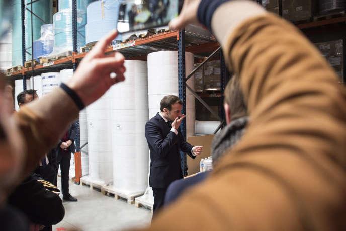 Emmanuel Macron en visite dans une usine de fabrication de masques à Saint-Barthélémy-d'Anjou près d'Angers (Maine-et-Loire), le 31 mars.