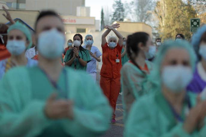 Applaudissements en soutien à l'ensemble du personnel soignant, à l'hôpital Gregorio Maranon à Madrid, le 1er avril.