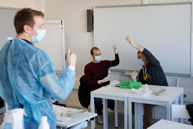 Formation de personnel médical pendant l'épidémie de Covid-19, sur le campus Picpus de l'AP-HP à Paris, le 30 mars.
