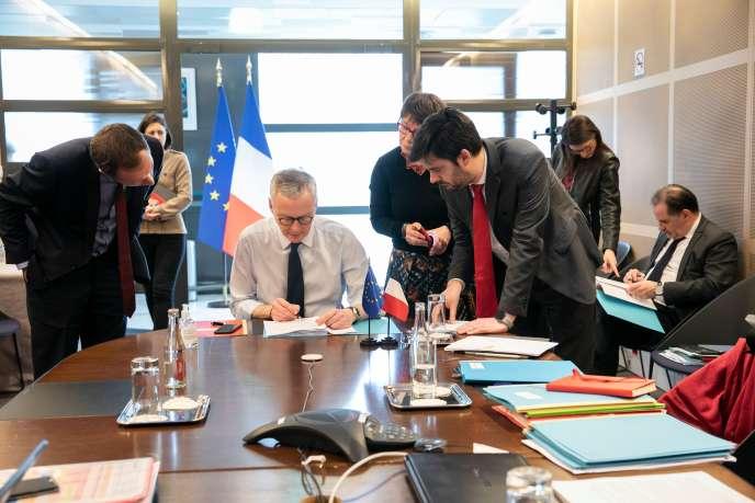 Le ministre de l'économie et des finances, Bruno Le Maire, en visioconférence avec ses homologues européens, depuis Bercy à Paris, le 16 mars.