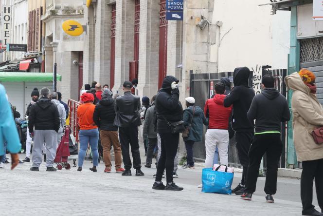 «Le nouveau monde, celui d'après la pandémie (..) ne pourra plus suivre les logiques d'austérité budgétaires qui sacrifient des vies» Photo : Attente devant un bureau de poste de Saint-Denis, le 6 avril 2020 au 21e jours du confinement contre COVID-19.