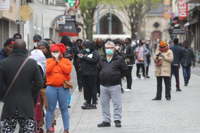 File d'attente devant un bureau de poste à Saint Denis (Seine-Saint-Denis), le 6 avril.