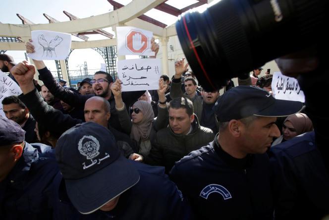 Des journalistes algériens revendiquent le droit de couvrir les manifestations antigouvernementales, à Alger, le 28février 2019.