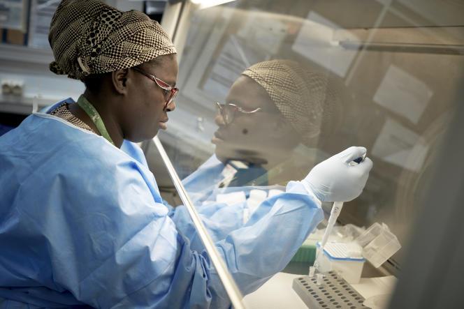 Une chercheuse fait un test de dépistage au coronavirus au Centre universitaire de recherche clinique de Bamako, au Mali, le 19mars 2020.