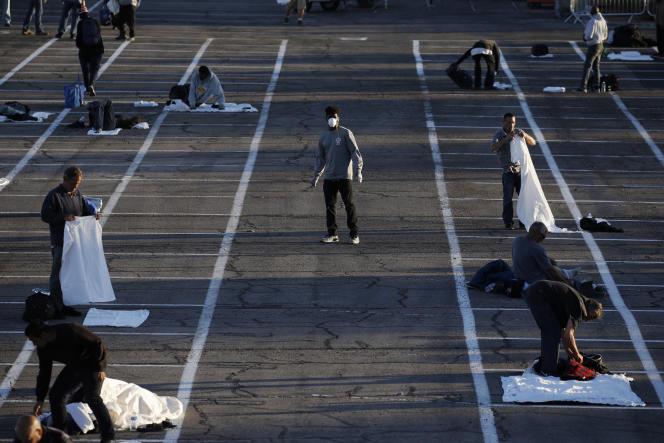 Des cases peintes au sol pour faire respecter aux sans-abri les distances de sécurité pendant l'épidémie, sur un parking de Las Vegas, le 30 mars.