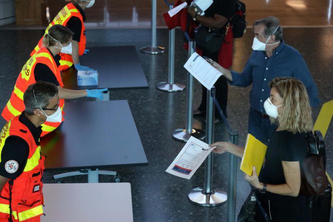 Contrôle des passagers à leur arrivée à l'aéroport Roland-Garros sur l'île de La Réunion, le 31 mars.