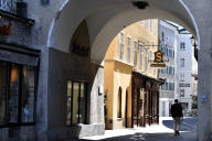 Dans une rue presque vide de Salzbourg, lundi 6 avril.