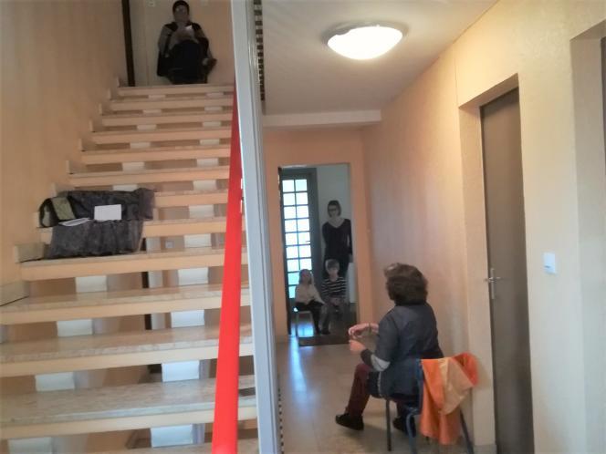 Le 6 avril, à 17heures, l'heure du conte dans la cage d'escalier où habite Marie Tomas, ses voisins installés sur le pas de leur porte.