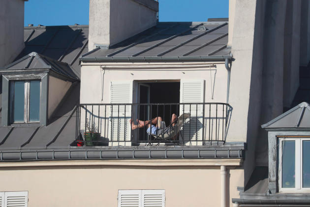 Scène de lecture en confinement, le 24 mars à Paris.