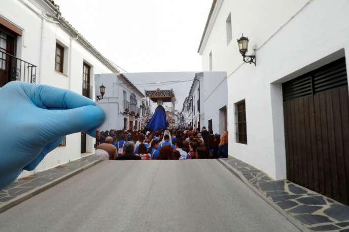 Dans une rue déserte de Ronda en Espagne, on brandit une image de la procession de la Semaine sainte prise au même endroit l'année précédente, le 5 avril 2019.