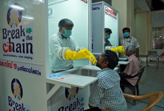 Dépistage du coronavirus à Ernakulam, dans l'Etat indien deKerala, le 6 avril 2020.