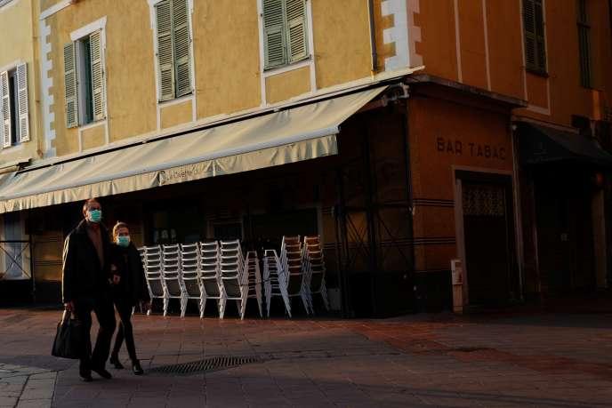 Dans les rues désertes de Nice (Alpes-Maritimes), le 2 avril.