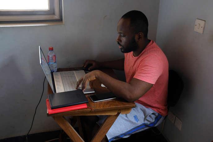 Un consultant financier ghanéen télétravaille depuis son domicile, à Accra, le 6avril 2020.