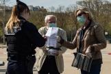 Un contrôle de police près de la Tour Eiffel à Paris, le 22e jour de confinement.