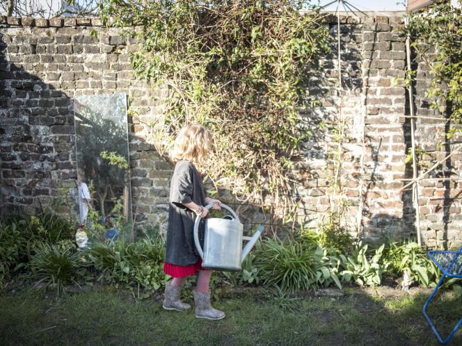 Lionel et Lucie vivent à Lille et sont photographes. Ils ont deux filles, L. et R., et attendent leur troisième enfant. Dans le jardin, au programme du 18 mars : nettoyer le bassin des poissons et en changer l'eau.