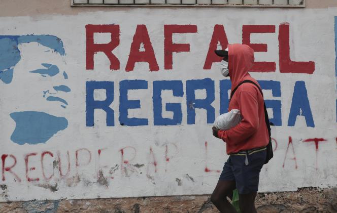 Le message« Rafael revient» tagué sur un mur de Quito (Equateur), le mardi 7 avril.