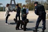 Des policiers contrôlent des passants aux abords de la tour Eiffel, à Paris, mardi 7 avril.