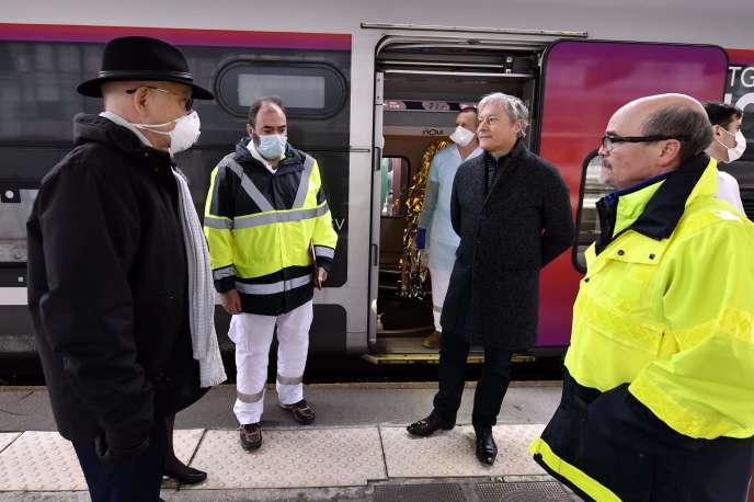 Le maire de Metz, Dominique Gros (à gauche), et le maire de Nancy, Laurent Hénart, devant un TGV médicalisé en gare de Metz, le 29 mars.