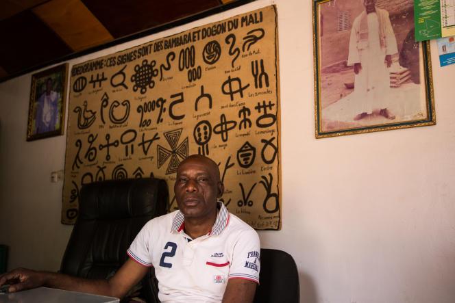 A Bamako, Jean-Baptiste Niéki crée des gélules à base de racines, d'écorces et de feuilles pour soigner la fièvre typhoïde ou le diabète.