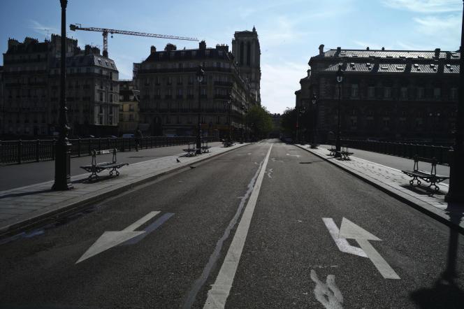 Une vue du pont menant à l'île de la Cité et à Notre-Dame de Paris, le 6 avril.