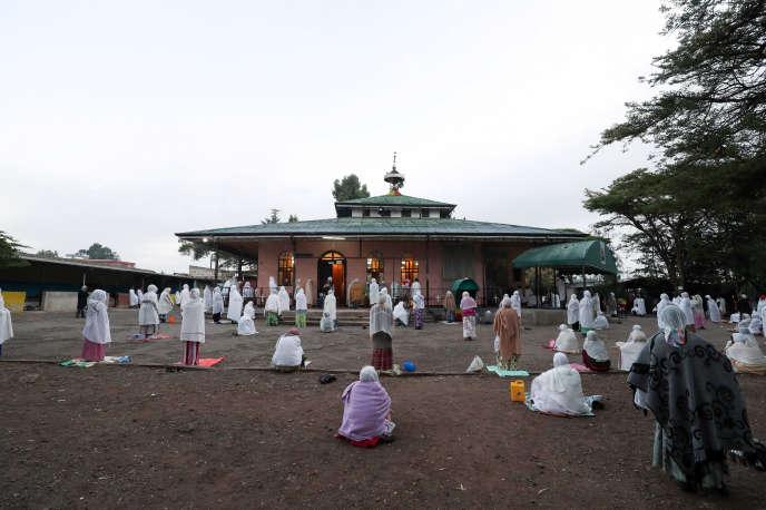 Des othodoxes prient à distance les uns des autres pour se protéger du coronavirus, à l'église Saint-Michael d'Addis-Abeba, le 1eravril 2020.