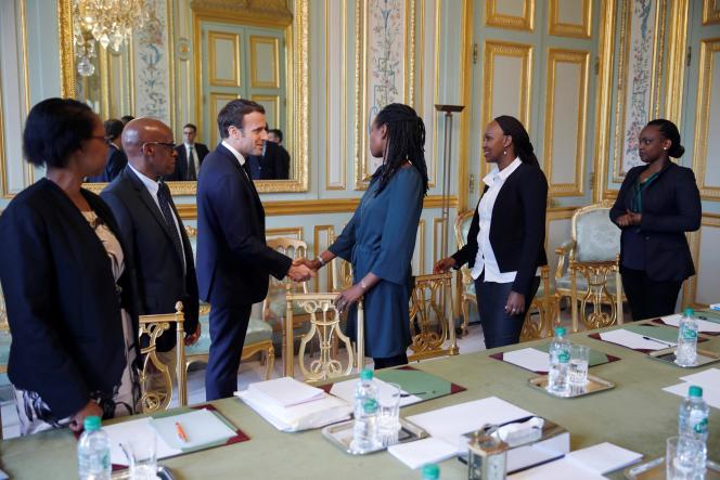 Le président français, Emmanuel Macron, lors d'une rencontre avec des représentants d'une association qui lutte pour la mémoire du génocide au Rwanda, à Paris, en avril 2019.