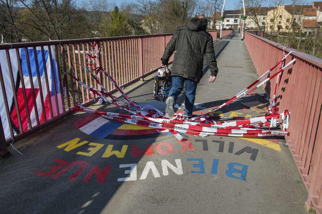 Les riverains continuent d'emprunter le Pont de l'amitié entre Grosbliederstroff en France et Kleinblittersdorf en Allemagne, le 4 avril.