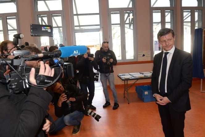 le maire sortant de Bordeaux, Nicolas Florian, lors de son vote au premier tour des élections municipales, le 15 mars.