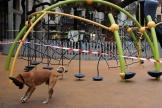 Une aire de jeux pour enfants fermée dans le cadre des mesures de confinement pour enrayer l'épidémie de Covid-19, à Barcelone, le 16 mars.