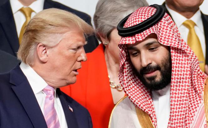 Le président des Etats-Unis, Donald Trump, s'entretient avec le prince héritier d'Arabie saoudite, Mohammed Ben Salman, à Osaka (Japon), en juin 2019.