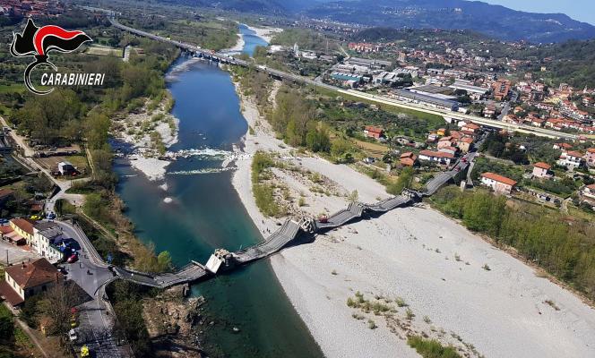 Une photo transmise par les carabiniers italiens, mercredi, montre l'effondrement du pont d'Aulla, en Toscane.