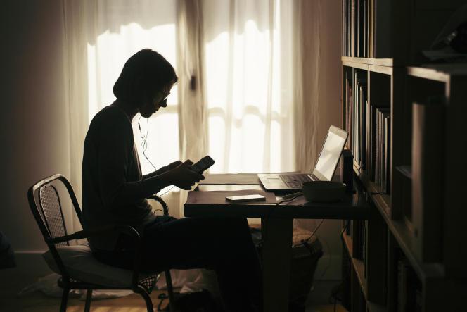Une femme travaille de chez elle, le 7 avril, au 22e jour du confinement décrété par les autorités françaises pour lutter contre la propagation du coronavirus.