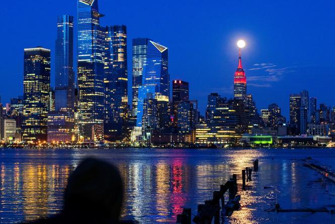 L'Empire state building, à New York, est eclairé en hommage aux victimes du coronavirus, le 7 avril.
