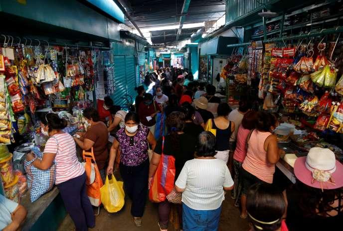 Des femmes font leur marché, le 7 avril à Lima, alors que le gouvernement a instauré des jours de sortie différenciés selon les sexes.
