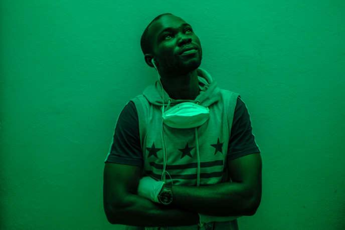 Moïse, 34 ans, originaire de Fatick, gérant de la boutique d'alcool «Ma joie», dans le quartier de Ouakam à Dakar, en avril 2020.