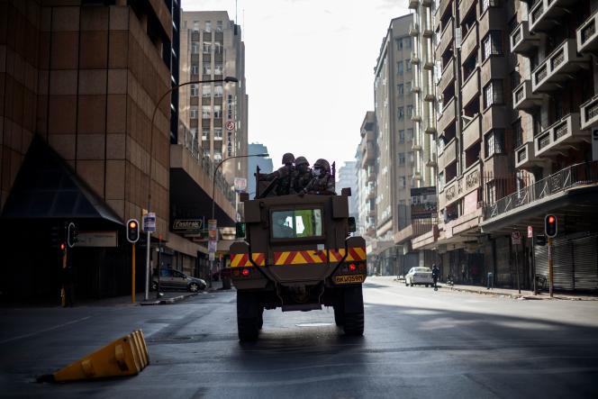Une patrouille des Forces de défense d'Afrique du Sud dans le quartier des affaires de Johannesburg, le 27 mars.