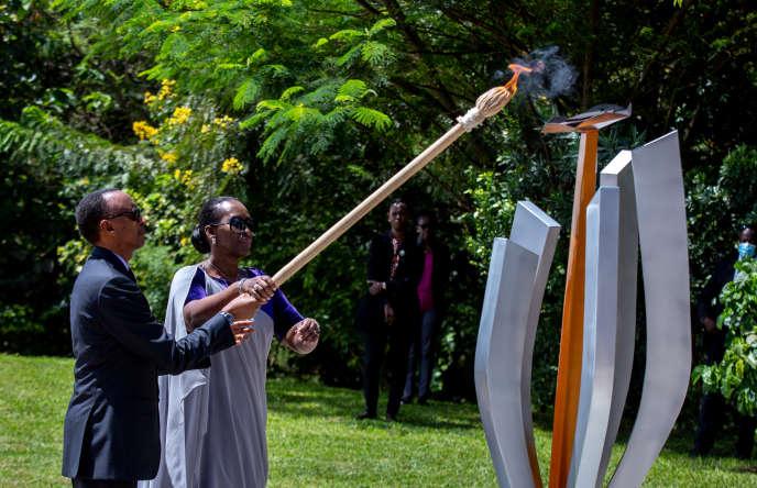 Le président rwandais Paul Kagame et son épouse Jeannette allument «la flamme de l'espoir», à Kigali, le 7 avril 2020.